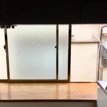 この出窓に水切りかごを置いたり、ハーブを育てたり。。