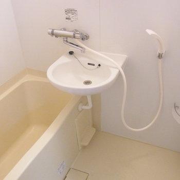 洗面台とお風呂は同室です。※写真は前回募集時のものです。