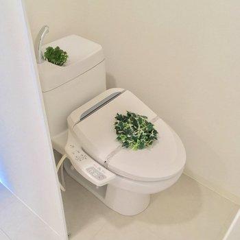 トイレはパーテーションの奥に。ウォシュレット付き◎