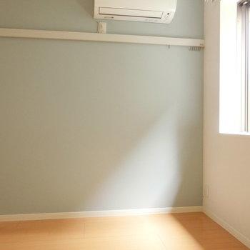 窓からのやわらかな自然光