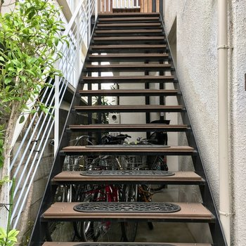 滑り止めマットのかわいい階段を2階まで。