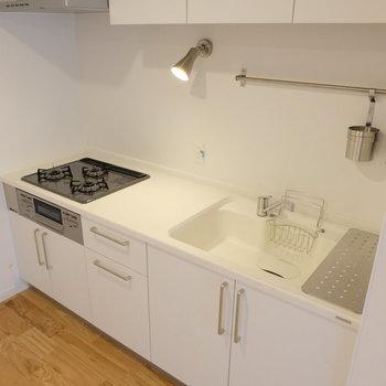 キッチンは広々3口ガスコンロ!小物も嬉しいポイント◎