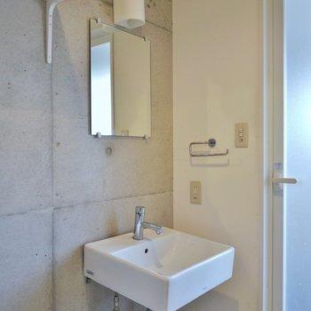 コンクリート打ちっぱなしの洗面所。※写真は一つ上の307号室のもの