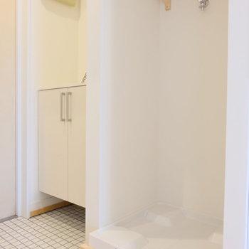 洗濯機置場はキッチンと玄関の間に。