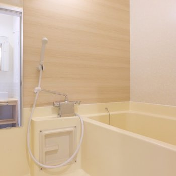 お風呂は既存にアクセントシートと鏡をつけました◎