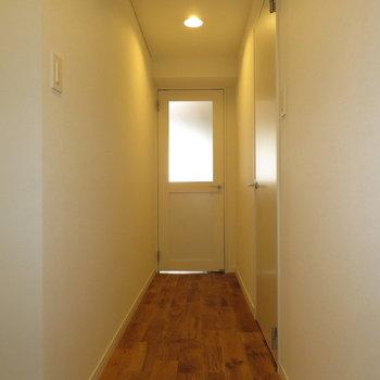 玄関から見た景色です。右手が水回り。奥が居住スペースです