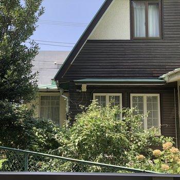 お隣のお家かわいいな〜。緑が見えるうれしい眺望です。