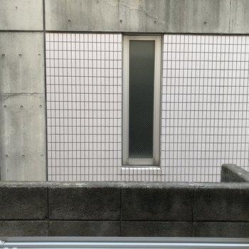 ベランダ隣、南東の窓からの景色。すぐ建物なので、外の目は気にならなさそう