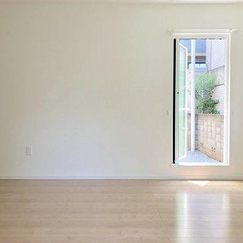 このドアからはすぐ外に出れますよ※電気がつく前の写真です