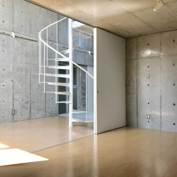 1階の洋室です。リビングとしきっても広々です。※写真は別部屋同間取りのものです。