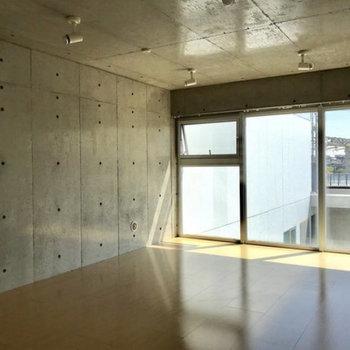 2階洋室。窓は左上だけ開きます!※写真は別部屋同間取りのものです。