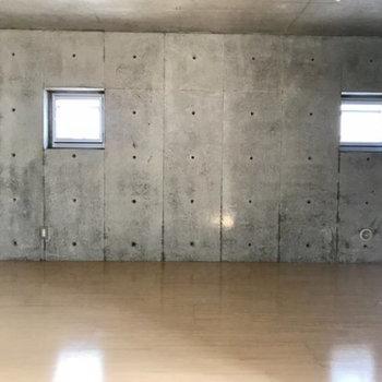窓2つ。眺望は共用部です。※写真は別部屋同間取りのものです。