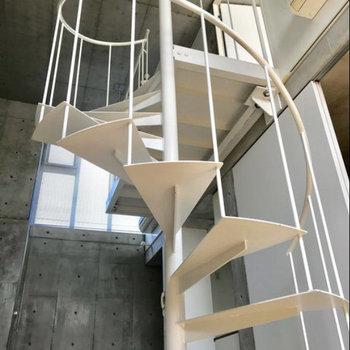 螺旋階段。安定感あります。※写真は別部屋同間取りのものです。