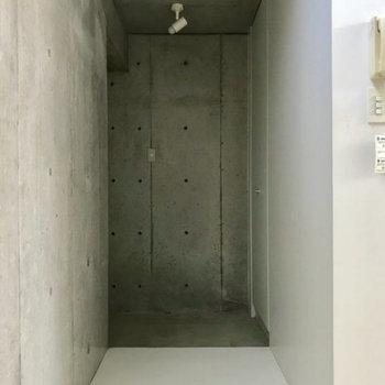玄関は白とコンクリートの空間※写真は別部屋同間取りのものです。