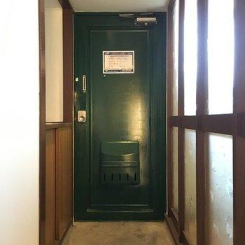 玄関扉は深緑色が素敵。※写真は別室です。
