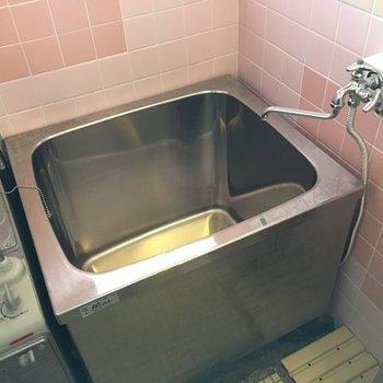 浴室も昔懐かしいタイプです。※写真は別室です。