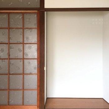 ガラスの引き戸、懐かしい雰囲気。お隣にはお花でも飾ろうかな。※写真は別室です。