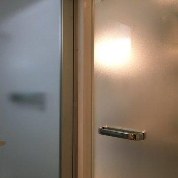 お風呂のドアもサニタリーのドアもすりガラスとシルバーノブ ※写真は同間取りの別部屋です