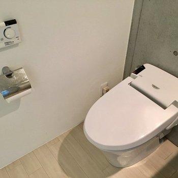 タンクレスのトイレはウォシュレット付き ※写真は同間取りの別部屋です