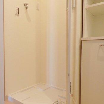 洗濯機はこちらに。 ※写真は別部屋