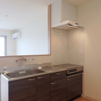 キッチンはIH2口、グリル付き。 ※写真は別部屋