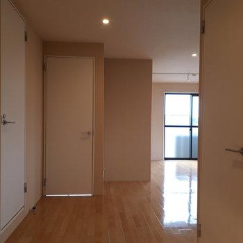 左から水回り、洋室2,洋室1へのドア