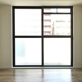 玄関側の洋室もとっても明るいんです!