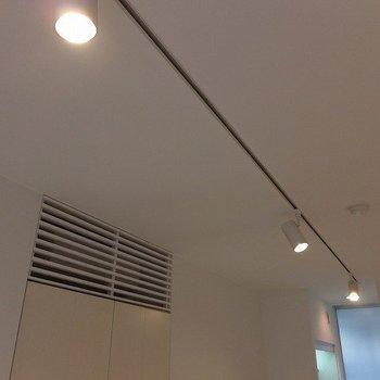 照明はライティングレールです。※写真は同間取り別部屋です