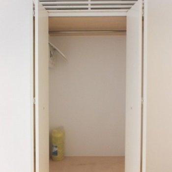 クローゼット一人暮らしサイズ。上のエアコンが隠れるのがいい! クローゼット一人暮らしサイズ。上のエアコンが隠れるのがいい!※写真は同間取り別部屋です