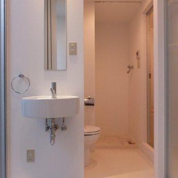 洗面台の鏡がなんともスマート! ※写真は同間取り別部屋です