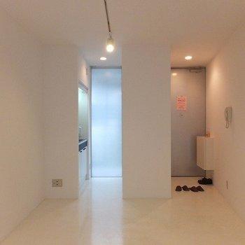 お部屋は7.6帖のワンルームです。※写真は同間取り別部屋です