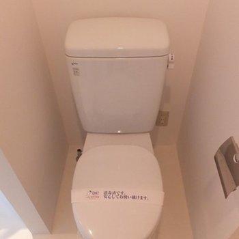 奥のトイレはこちらです。 ※写真は同間取り別部屋です