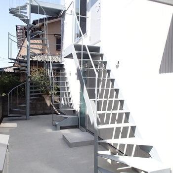 共用部。階段が建物に表情を与えます。