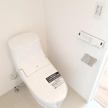 トイレは脱衣所内にありました。※写真は反転間取り3階の別部屋のものです。