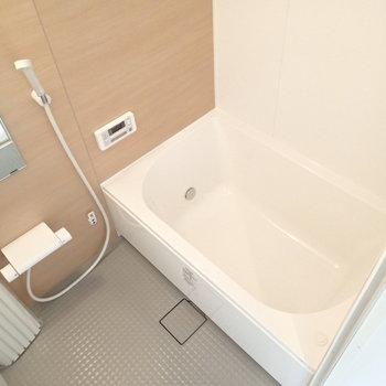 お風呂もさっぱり。浴室乾燥機がついています。※写真は反転間取り3階の別部屋のものです。