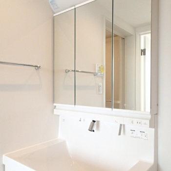 洗面台も使いやすそうだ。※写真は反転間取り3階の別部屋のものです。