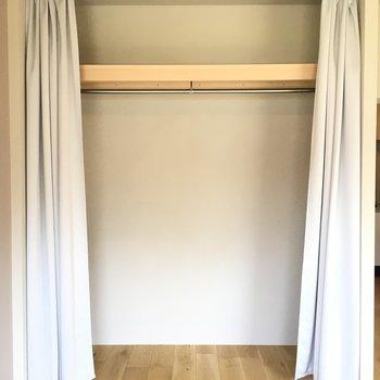 扉がないのでカーテンなどでしまう。 ※同階反転タイプのお部屋・前回募集時のものです