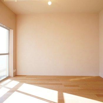 この日当たり。床はナラ材を使用 ※同階反転タイプのお部屋・前回募集時のものです