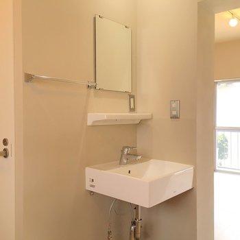 独立洗面台もシュッとしたデザインで使いやすそう ※同階反転タイプのお部屋・前回募集時のものです
