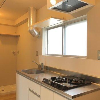 キッチンは2口ガスコンロと使いやすさも◎  ※同階反転タイプのお部屋・前回募集時のものです