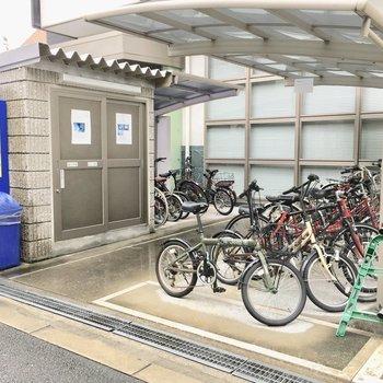 共用部】駐輪場とゴミ捨て場はエントランス横に。