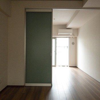 アクセントクロス風のスライドドアがあります。※写真は2階の同間取り別部屋のものです