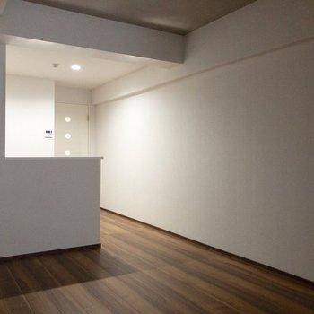 キッチンの前にはダイニングテーブルを置きましょう。※写真は2階の同間取り別部屋のものです