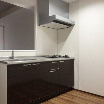 冷蔵庫置場はキッチンの後ろ。※写真は2階の同間取り別部屋のものです