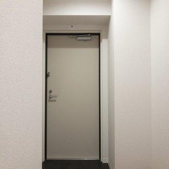 玄関にはちょっと段差があります。※写真は2階の同間取り別部屋のものです