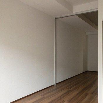 観葉植物があると緑があって良いですね。※写真は2階の同間取り別部屋のものです