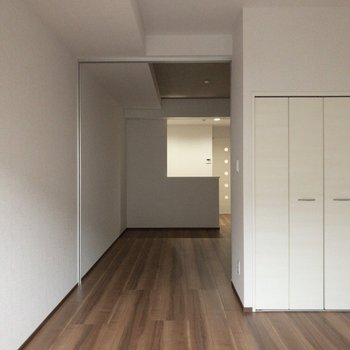 白を基調とした空間です。※写真は2階の同間取り別部屋のものです