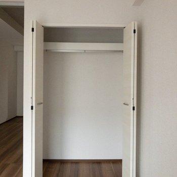 ドアの開閉を考えたインテリアの配置をしましょう。※写真は2階の反転間取り別部屋のものです