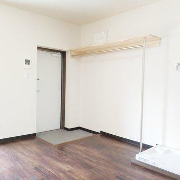 玄関の横にはシュークローゼットと洗濯機置き場が