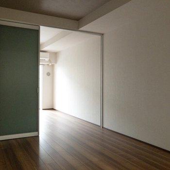 床の色に合わせたインテリアもあると良いですね。※写真は2階の反転間取り別部屋のものです